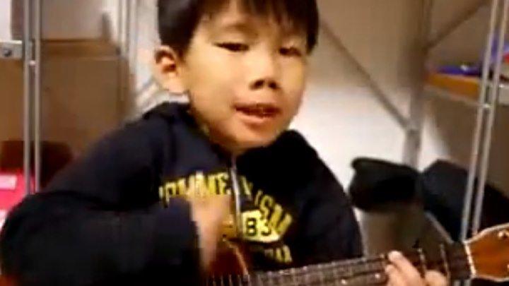 Маленький мальчик играет на гитаре! Вот она, будущая звезда!!!