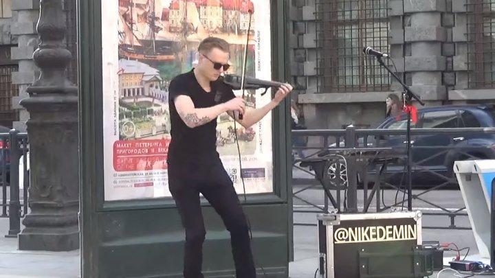 Парень играет на скрипке прямо на улице! Настоящий виртуоз!!!