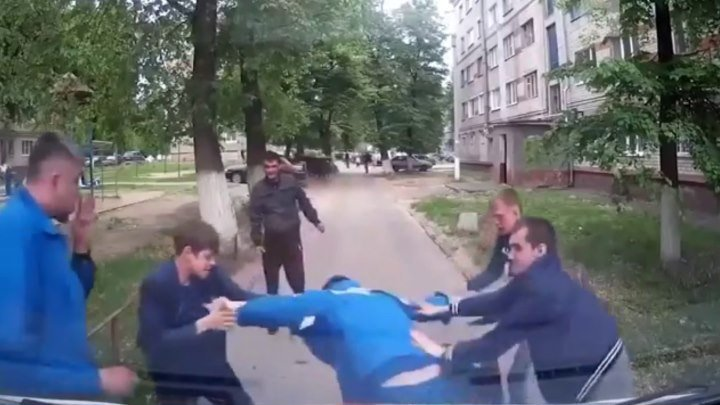 В Новочебоксарске пьяные мужчины напали на медика скорой помощи