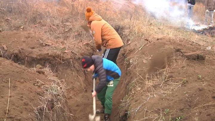 Мариуполь, воспитанники детского дома копают окопы.