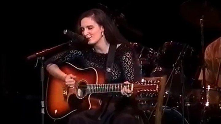 """Елена Ваенга исполняет песню """"Косы"""" под гитару. Такая молодая! 2003 год."""