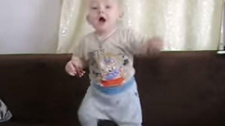 Малыш танцует! Вот это чувство ритма!!! Вы только посмотрите!