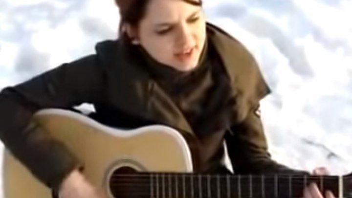 Девушка красиво поет под гитару! Супер!!!