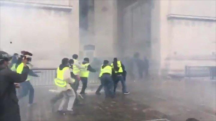 Протестующие в Париже требуют отставки Макрона | 8 декабря | День | СОБЫТИЯ ДНЯ | ФАН-ТВ