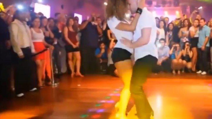 Ах, как они танцуют! Как двигаются. КЛАСС!