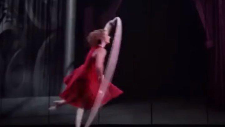 Девушка танцует в обруче!!! Как же это красиво! Вы только посмотрите!!!