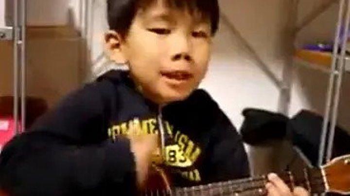 Маленький мальчик играет на гитаре вот она будущая звезда!!!!