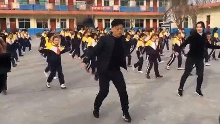 Молодцы! Китайские дети школьники и директор школы.