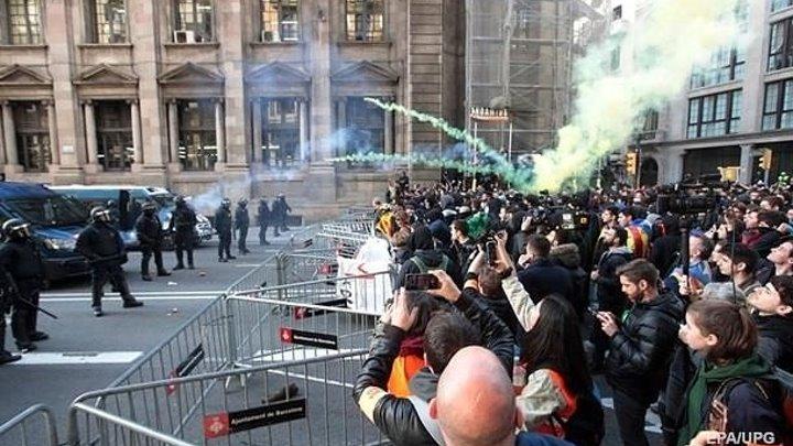 В Барселоне вспыхнули протесты, возводят баррикады