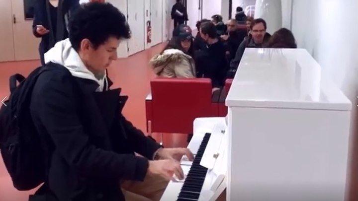 Парень играет на пианино 10 мелодий за 3 минуты! Настоящий профессионал!