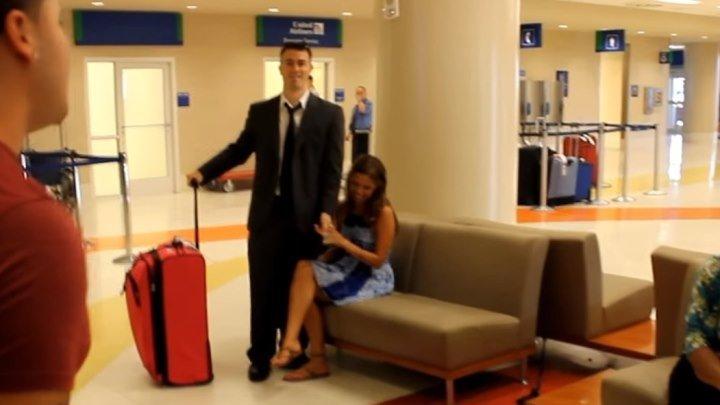 Сюрприз для девушки в аэропорту!!!