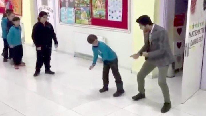 Учитель танцует с учениками перед уроком