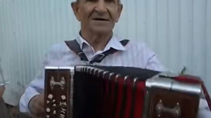Дедуля играет на гармошке и поет! Вот это задор!!!