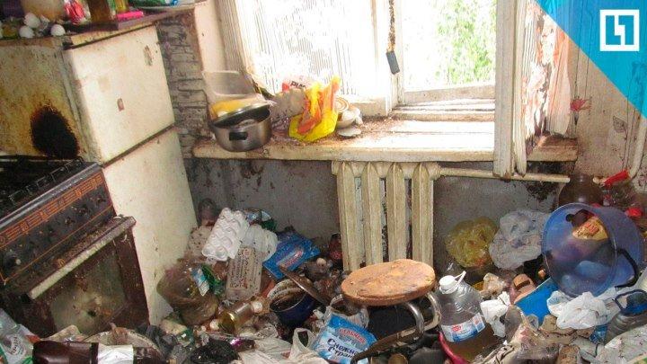 Вывозят мусор из квартиры-помойки