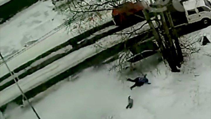 В Усть-Илимске пьяный водитель сбил женщину с ребёнком вне проезжей части