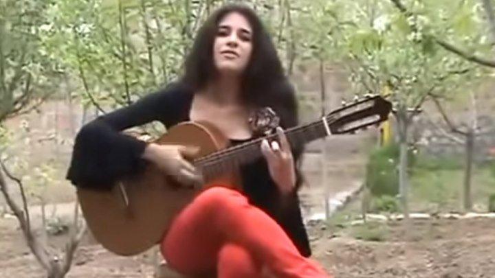 Девушка очень круто играет на гитаре и поет! Послушайте!...