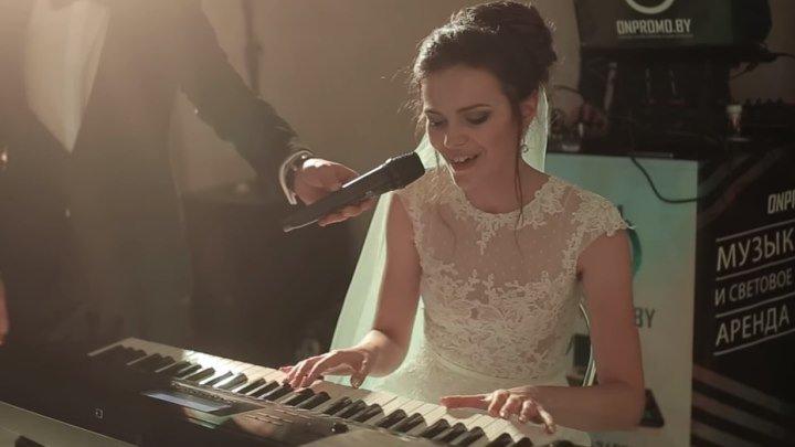 Невеста поёт и играет на пианино! Как трогательно и душевно!...