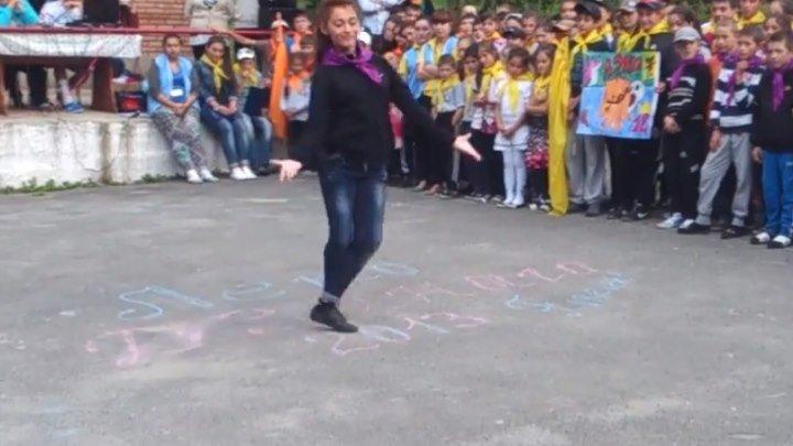 Как она здорово танцует! Вы только посмотрите!!!