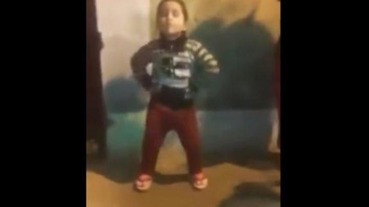 Индийская девочка танцует