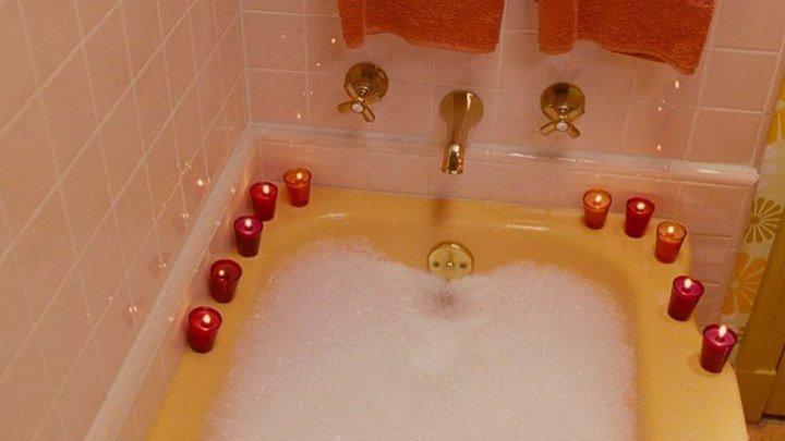 Сейчас опущусь в ванну! Вот и чудненько! На улице дождь, что ли пошёл? (...из кинофильма Уловки Норбита)