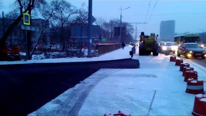 Рабочие кладут асфальт прямо на снег