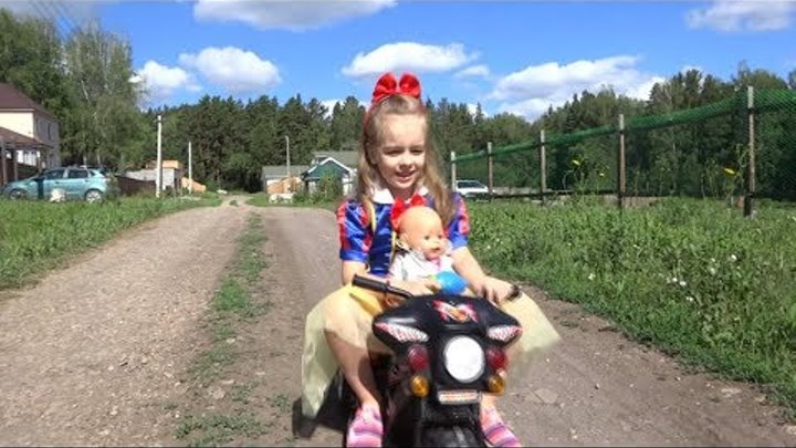 Кукла БЕБИ БОН УПАЛА С МОТОЦИКЛА КАК МАМА смотрела мультики для детей Baby Born doll video for kids