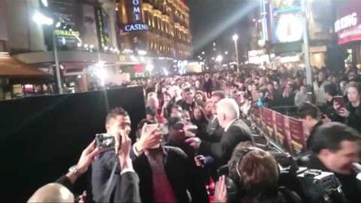 Роналду делает селфи с фанатами на премьере своего фильма