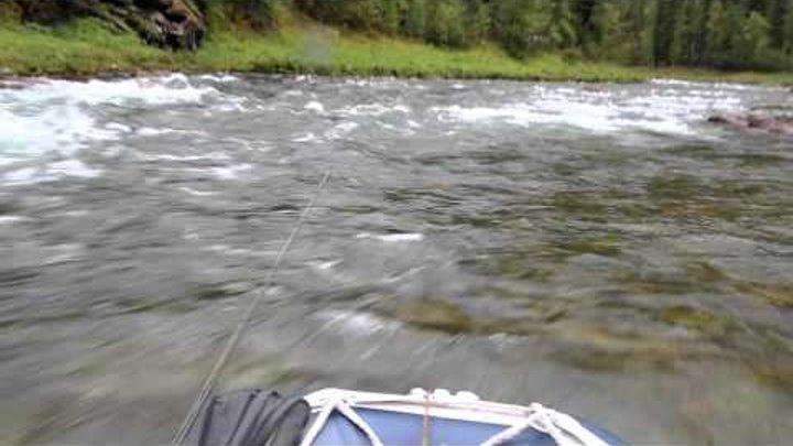 вверх по реке через порог на водомете саяны.MOV