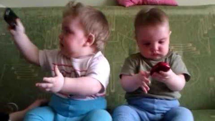 Двойня делит телефон!).3gp