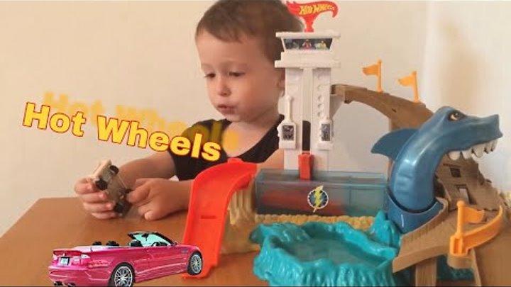 Эдик покажет свои любимые машинки Hot Wheels серии ИЗМЕНИ ЦВЕТ + Порт акул COLOR SHIFTERS!
