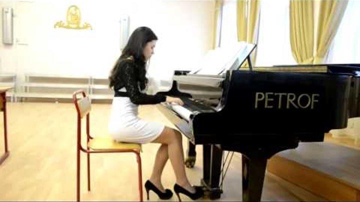 Девушка красиво играет на пианино