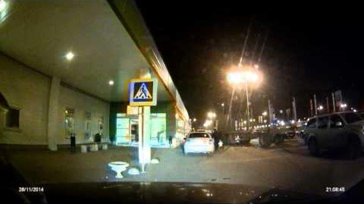 Слон в посудной лавке. Парковка у Леруа Мерлен в Твери 28.11.2014г.