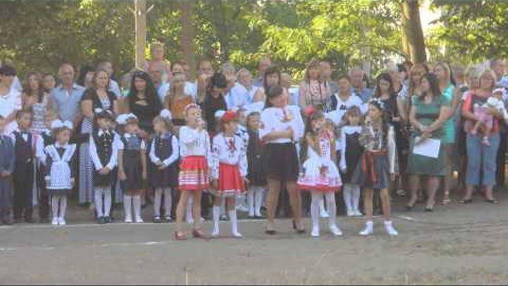 Школярі співають пісню на святі 1 вересня у школі №38