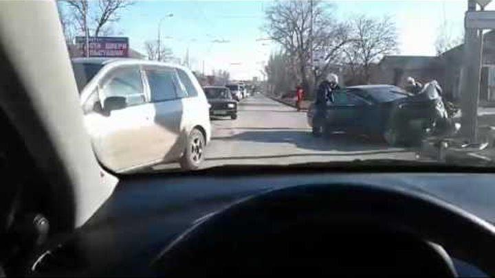 Из-за жестокой аварии в Таганроге перекрыли улицу Дзержинского