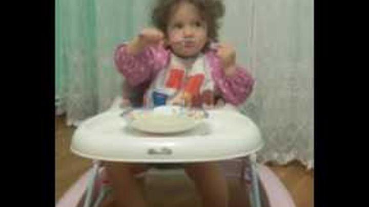 Ребёнок 2-х лет кушает кашу с удовольствием. #Маргоша #еда #малыш_счастливых_родителей #доченькилюби