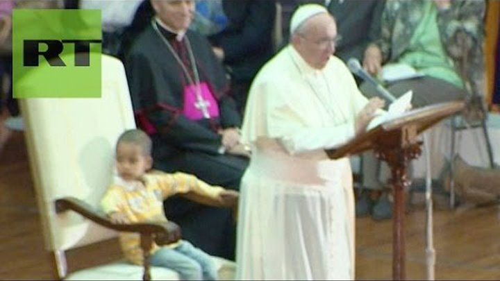 ¿El papa del futuro? El niño que le 'robó' el asiento a Francisco en plena misa