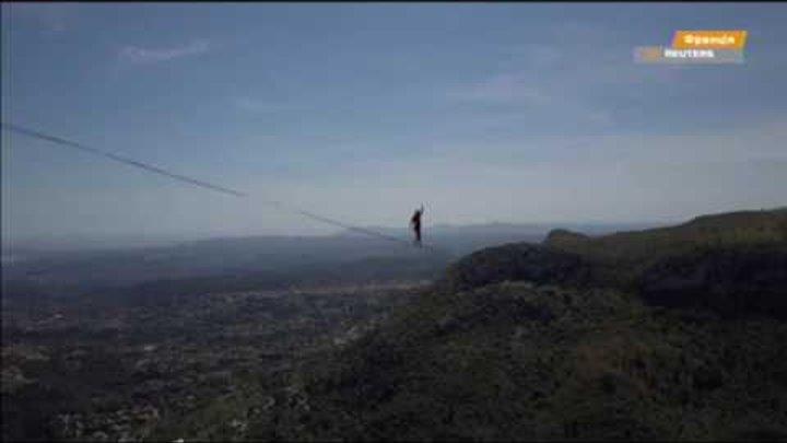 Канатоходец прошел между скалами на высоте 1,6 тыс. метров и установил мировой рекорд