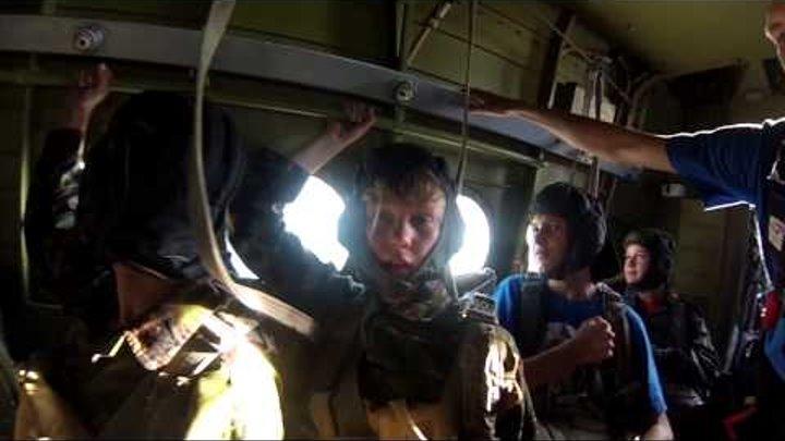 """Стрибки з парашутом в Рівному. Табір """"Форпост-Спецназ"""" 05.07.15"""