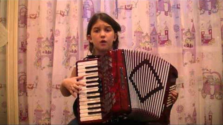 посмотрите как девочка в восемь лет исполнила песню на аккордеоне