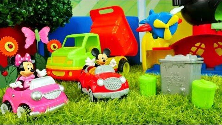 Kız oyuncakları - Mini ve Mickey Mouse oyuncak arabayla gezmeye gidiyorlar ve çöpleri topluyorlar!
