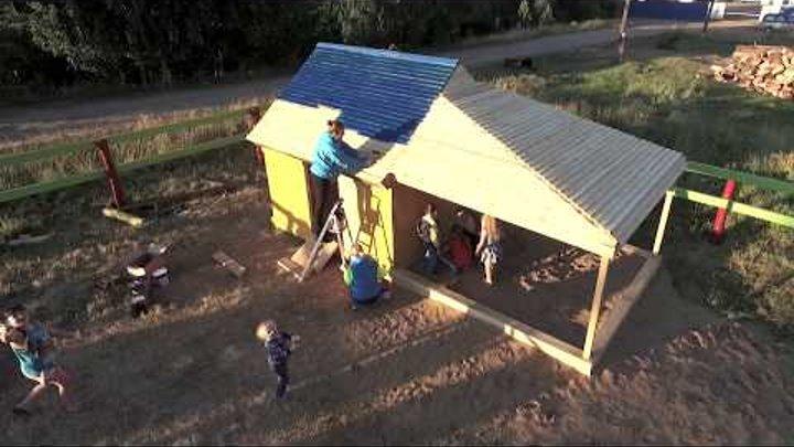 На улице Юности строят детский игровой комплекс.