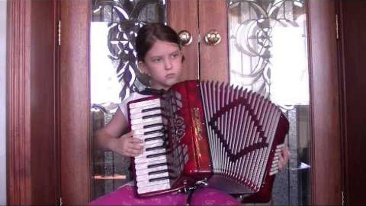 посмотрите как девочка в восемь лет играет на аккордеоне