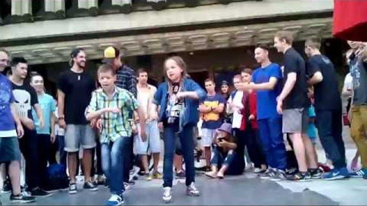 Vlog Брейк Супер! Уличные танцы. Брейк ДАНС. Смотреть до конца! Маленькая девочка ЖЖЕТ