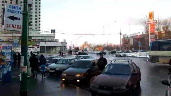Московское метро, станция Партизанская, выход в город.