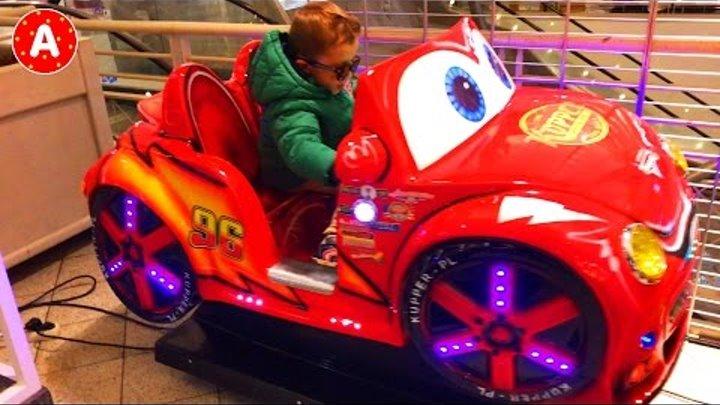 Маленький Мальчик Адам Гуляет в Торговом Центре и Играет с Игрушками в Детском Магазине Игрушек