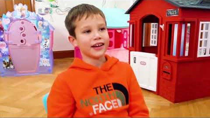 Катя и Макс играют с детскими домиками