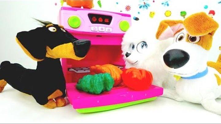 Детское видео! Герои мультфильмов! Видео про игрушки из мультика Тайная жизнь: Гиджет кормит Макса!