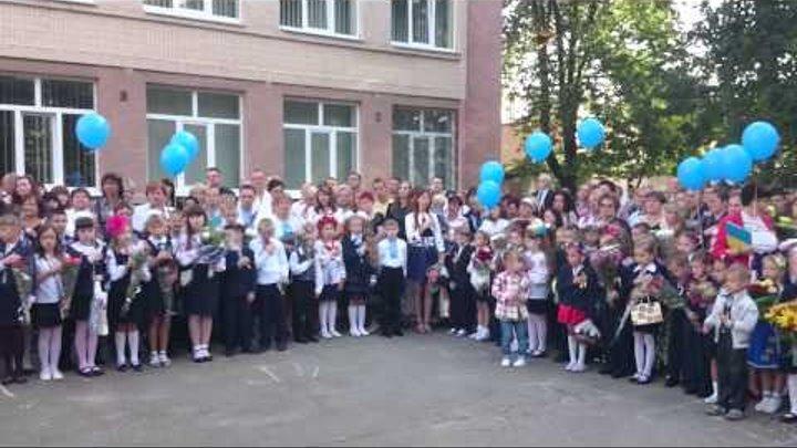 Вінниця, перше вересня у 25-ій школі: діти співають гімн України