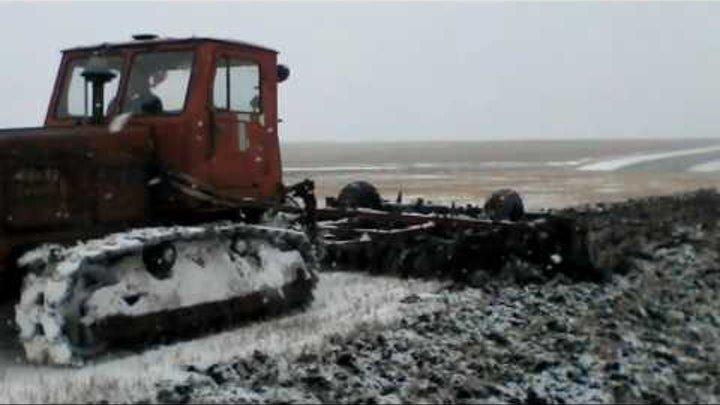Зима пришла слишком рано. Трактор Т-4А с бдт по снегу.