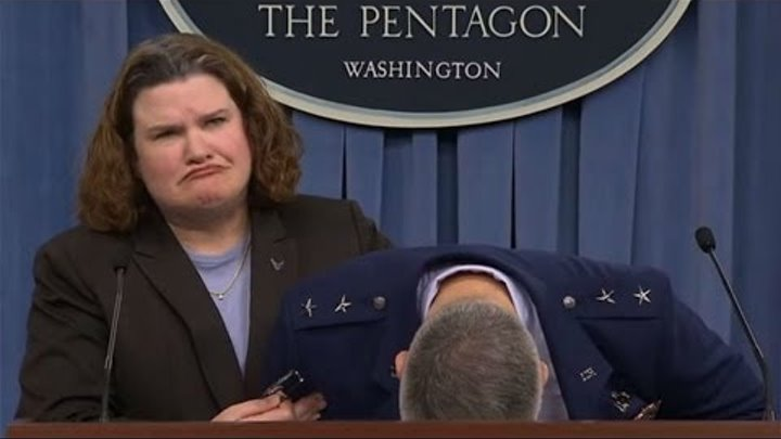 Генерал-майор ВВС США падает в обморок во время пресс-конференции. До чего F-35 «довёл» генерала .